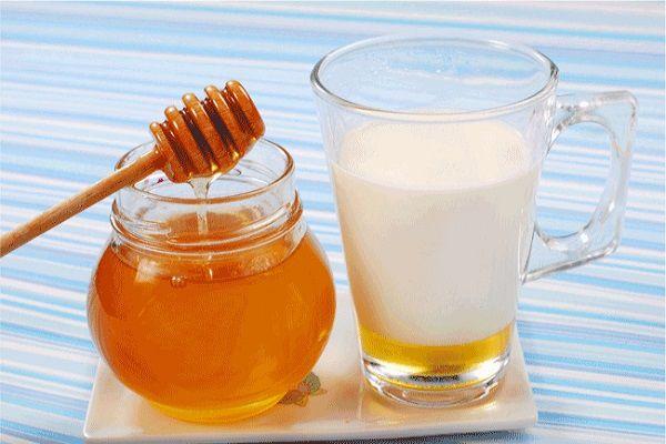 牛奶可以加蜂蜜吗(牛奶可以加蜂蜜一起喝吗)