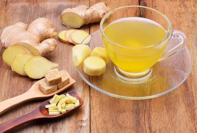 蜂蜜姜水的正确做法(蜂蜜熬姜水的功效及正确喝法)
