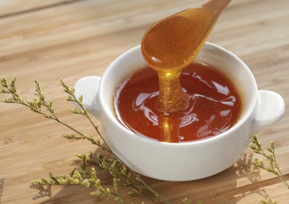 蜂蜜一天喝多少合适(蜂蜜每天喝多少最适合对身体好)