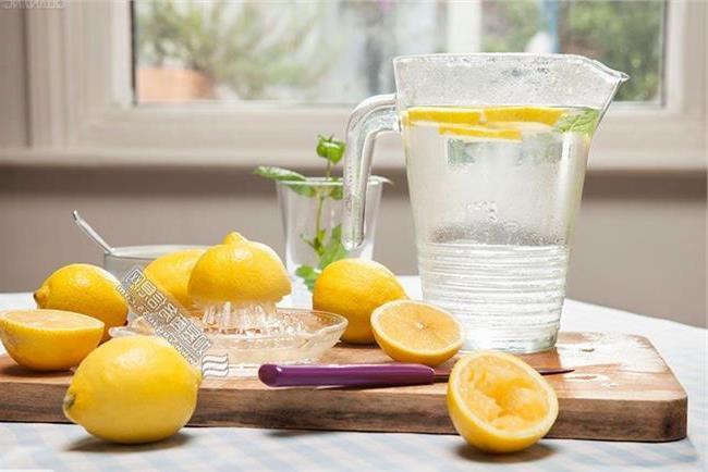 自制柠檬蜂蜜可以保存多久(柠檬泡蜂蜜能储藏多久)