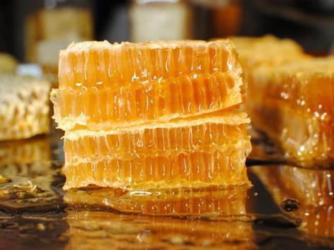 蜂巢蜜哪些人不适合吃(蜂巢蜜什么人不能吃)