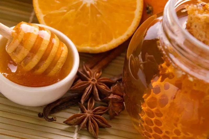 天然蜂蜜的成分有哪些(天然蜂蜜的功效与作用及食用方法)