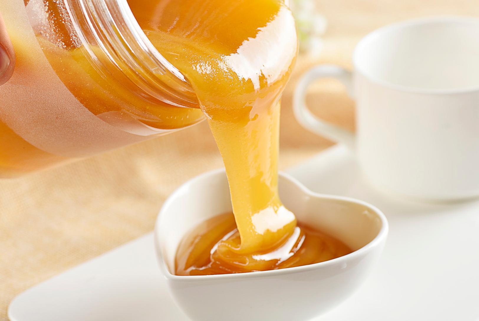 市面上的蜂蜜和纯蜂蜜喝起来有什么区别(蜂蜜制品和真正纯蜂蜜的区别)