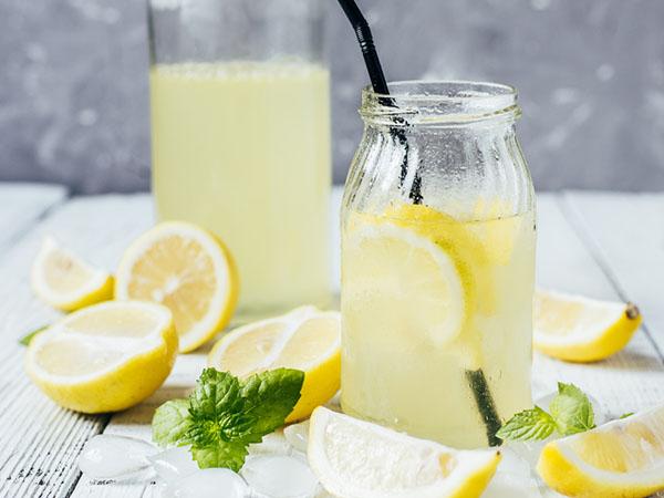 蜂蜜柠檬水什么时候喝最好(蜂蜜和柠檬一起喝有什么作用)