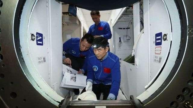 神舟十二号平安归来!着陆出舱后,3名航天员为啥要躺在椅子上?