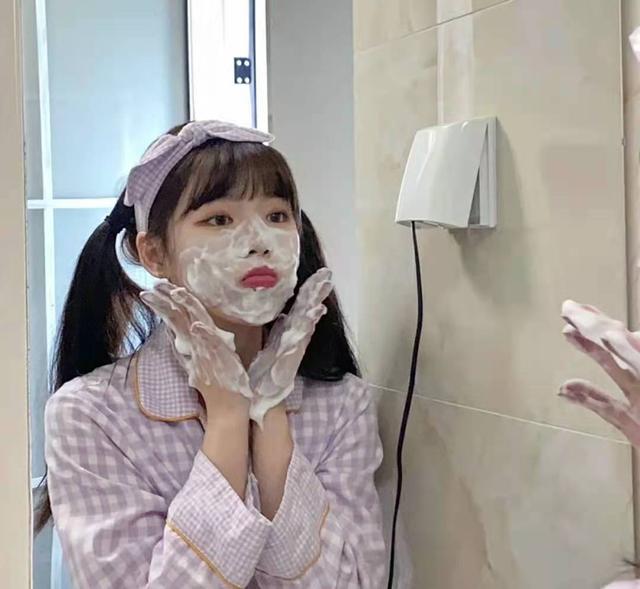 """面部皮肤油腻?学会这3个洗脸小技巧,让你远离""""毛孔粗大""""烦恼"""