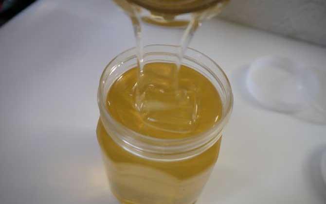 紫云英蜂蜜和洋槐蜂蜜哪个好(紫云英蜂蜜和洋槐蜂蜜的对比)