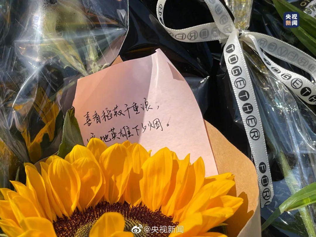 今天,袁隆平雕像前满是鲜花
